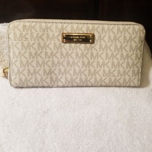 Brand New Michael Kors Jet Set Logo Zip Around